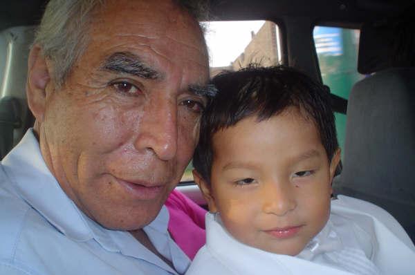 En esta foto mi papá y su nieto
