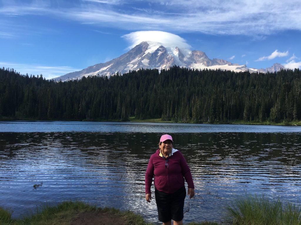 En esta foto mi mami en el parque Nacional del Rainier en WA